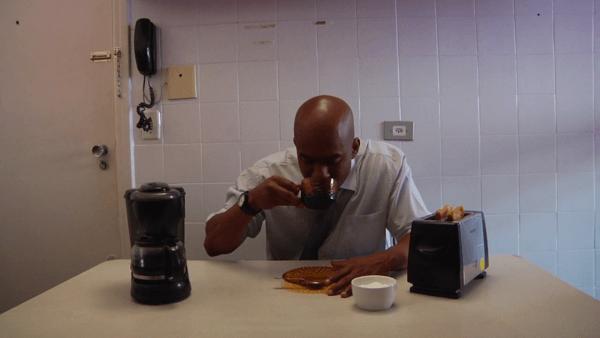 Homem tomando café da manhã