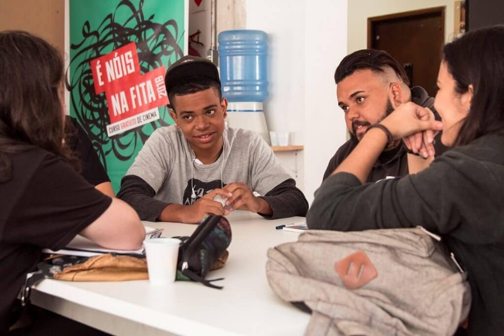 Grupo de jovens em uma reunião no curso