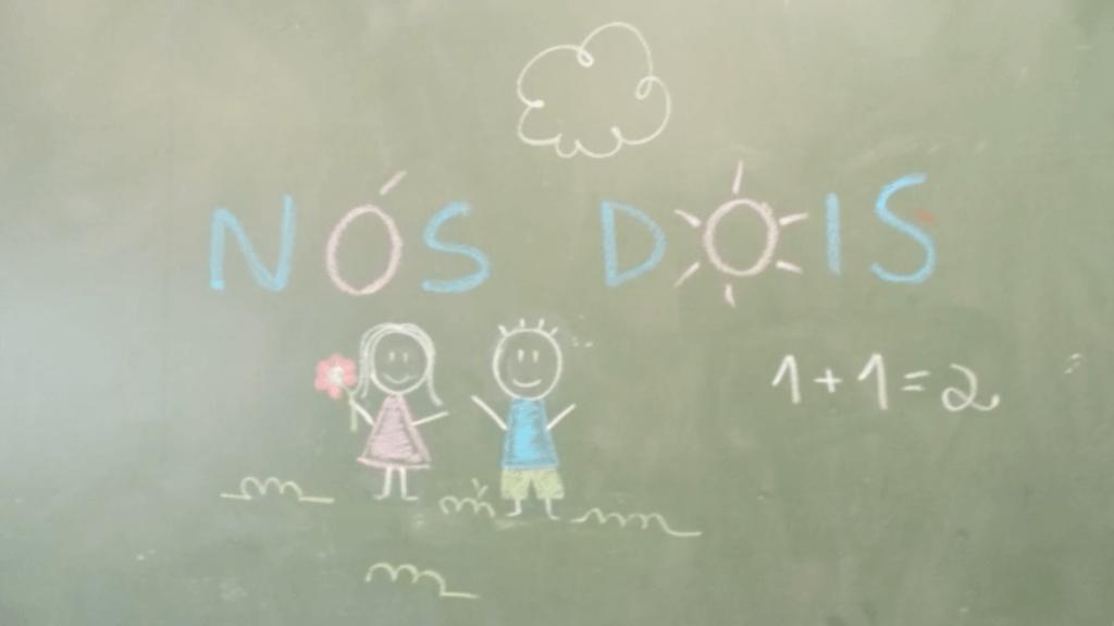 """Desenhos com giz no quadro negro mostram uma casal e escrito """"Nós Dois"""""""