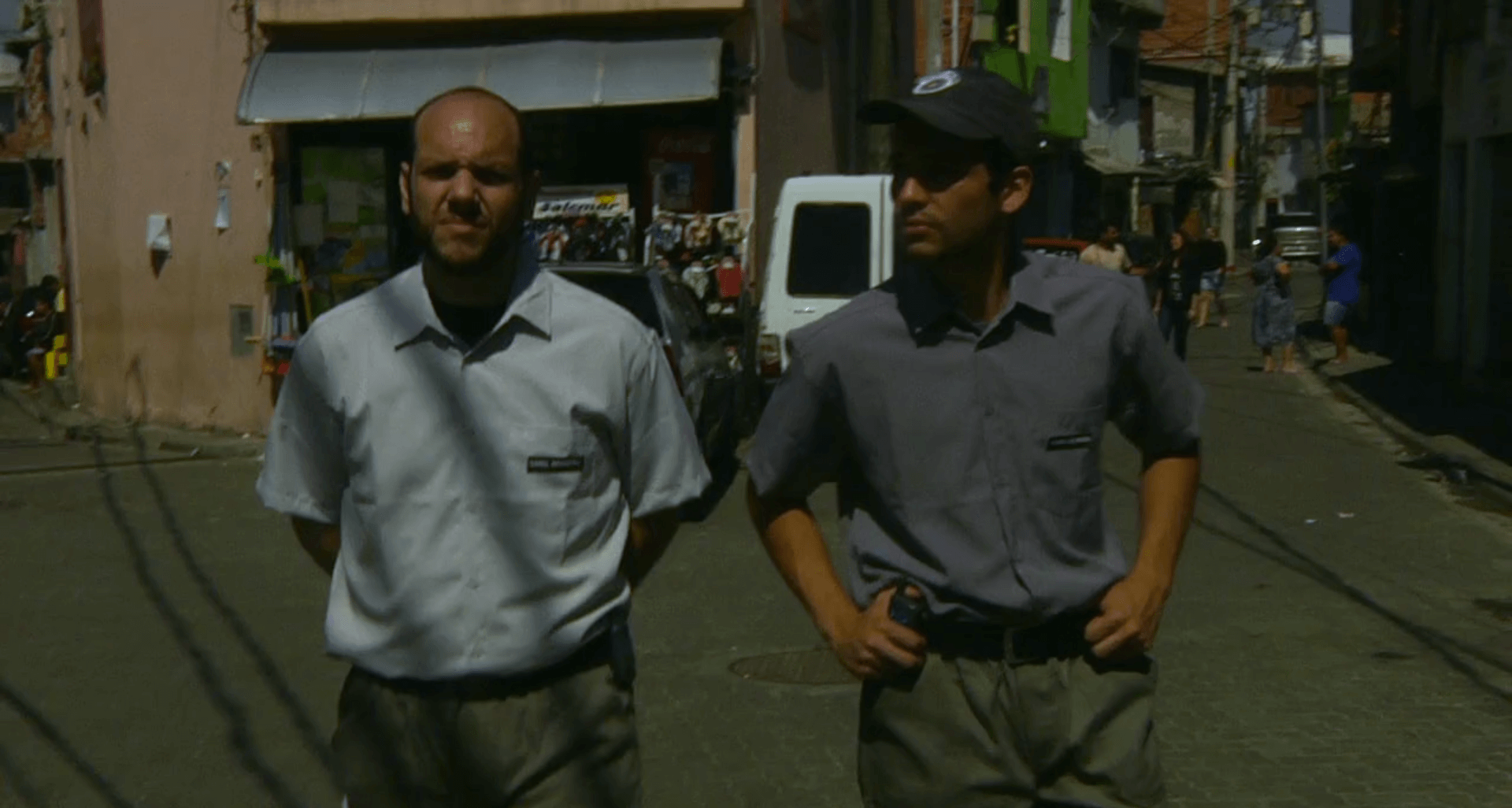 Dois policiais andando