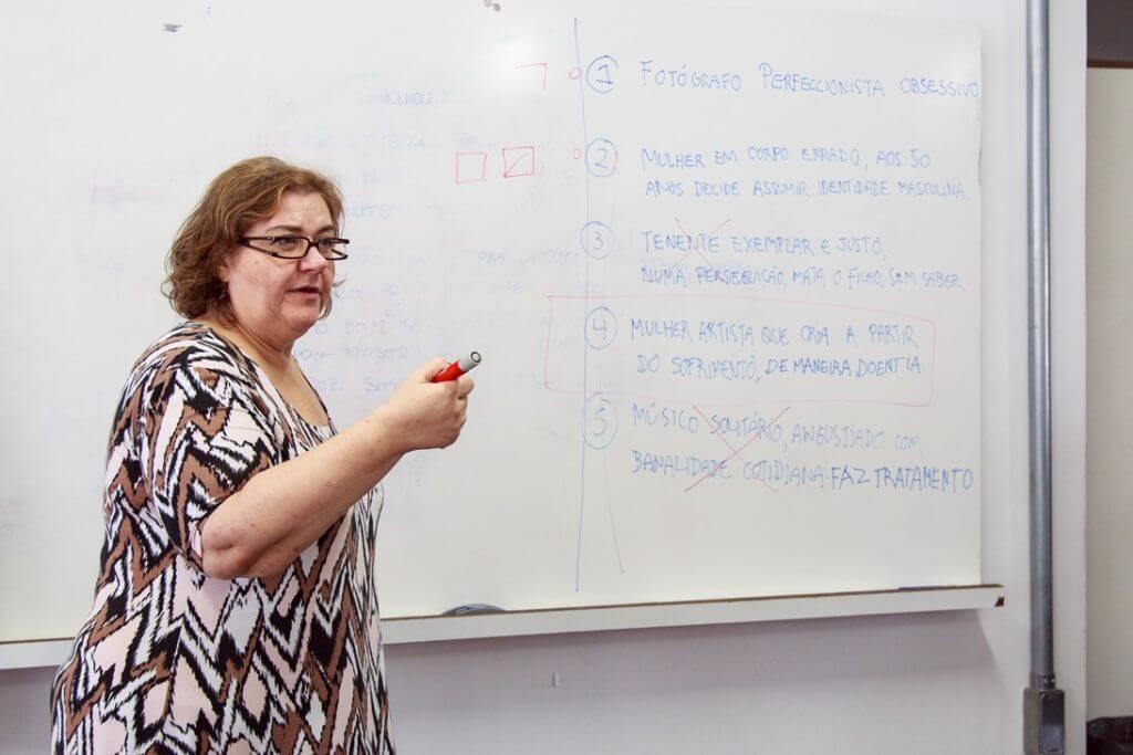 Professora Eliana no quadro listando possíveis temas para curtas